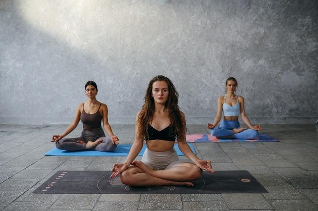 """เปิดคลังความรู้สำหรับผู้เริ่มต้นเล่นโยคะ """"โยคะเบื้องต้น""""พร้อมแนะนำ #4 Yoga Studio ที่เหมาะกับมือใหม่"""