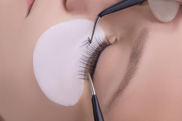 ยังไงดีการต่อขนตาถาวรเหมาะกับเราหรือไม่? รวมทั้งข้อดีและข้อเสีย!